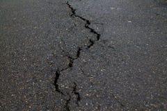 在路路面的裂缝 免版税库存图片