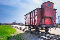 在路轨入口的被放弃的火车无盖货车对集中营在奥斯威辛比克瑙,波兰 库存图片