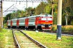 在路轨布料的火车乘驾 库存图片
