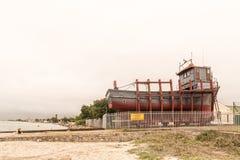 在路轨的小船准备好发射在Langebaan盐水湖 免版税图库摄影