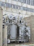 在路轨的巨大的工业高压分站电源变压器 库存照片