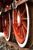 在路轨的新鲜的被绘的火车轮子 免版税库存照片