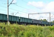 在路轨的火车无盖货车 库存照片