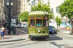 在路轨的绿色台车路面电车 免版税图库摄影