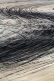 在路轨道的轮胎标记 图库摄影