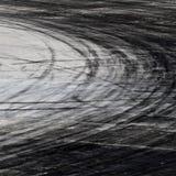在路轨道的轮胎标记 免版税图库摄影