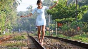 在路轨4K的女孩平衡 影视素材