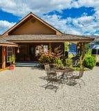 在路边的室外咖啡馆接近Okanagan湖江边  库存照片