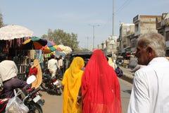 在路边的消费者次级物品在一个小镇市场上购物 免版税图库摄影
