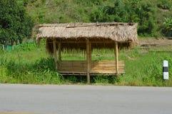在路边的竹小屋 免版税库存图片