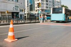 在路锥体的选择聚焦在路 角度蓝色路标色彩视图宽 在伊斯坦布尔街道上的道路工程在土耳其 模糊的 免版税库存图片
