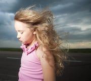 在路附近的哀伤的女孩 库存照片
