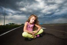 在路附近的哀伤的孩子 免版税图库摄影