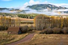在路附近的国家谷仓在科罗拉多 免版税库存照片