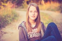 在路附近的青少年的女孩 库存照片