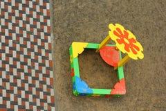 在路面和五颜六色的孩子的瓦片铺沙在操场,顶视图的箱子 库存图片