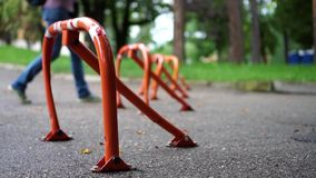 在路面的停放的锁在公园 影视素材