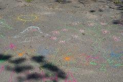 在路面的儿童图画 免版税库存照片