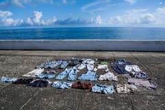 在路面的干燥衣裳在沿海岸区 免版税库存照片