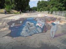 在路面的有趣的同构街道画在Kyiv 库存照片