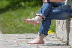 在路面的步行没有鞋子 免版税库存照片