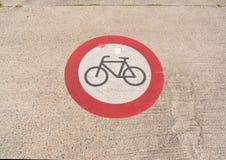 在路面的禁止标志,没有循环 库存照片