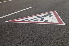 在路面的行人交叉路标志 库存照片
