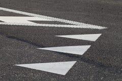 在路面的路标 免版税库存图片