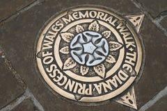 在路面的金属匾,指示公主戴安娜Memorial Walk在伦敦 英国 免版税库存照片