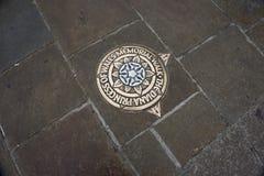 在路面的金属匾,指示公主戴安娜Memorial Walk在伦敦 英国 免版税库存图片