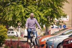 在路面的年轻时髦人骑马自行车 免版税库存照片