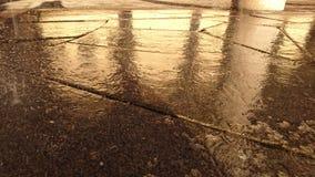 在路面石头的雨 免版税库存照片