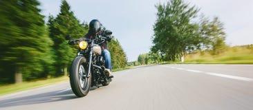 在路骑马的摩托车 获得乘坐空的路的乐趣在摩托车游览/旅途 免版税库存图片