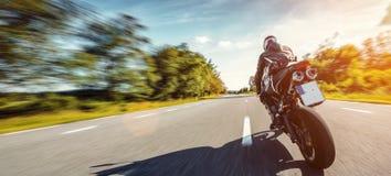 在路骑马的摩托车 获得乘坐空的路的乐趣在摩托车游览/旅途 免版税图库摄影