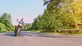 在路骑马的摩托车 获得乘坐空的路o的乐趣 股票录像