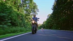 在路骑马的摩托车 获得乘坐空的路o的乐趣 股票视频