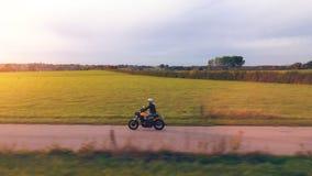 在路骑马的摩托车 获得乘坐空的路o的乐趣 影视素材