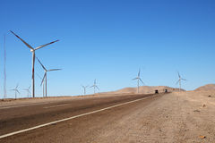 在路,卡拉马,智利旁边的风轮机 免版税库存照片