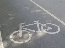 在路绘的自行车道标志 免版税库存照片