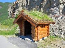 在路Rv9 Setesdalsvegen的公共汽车站 免版税库存图片
