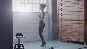 在跳绳锻炼期间的混合的族种妇女在晴朗的顶楼 股票视频