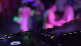 在跳舞人群的夜总会音频工程师控制水平的闪光灯光 影视素材