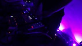 在跳舞和执行音乐的耳机的男性DJ 夜总会 享受 股票录像