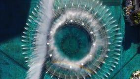 在跳舞喷泉的上面4k鸟瞰图在游泳池豪华贝拉焦旅馆赌博娱乐场拉斯维加斯大道内华达 股票录像