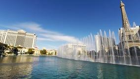 在跳舞喷泉的惊人4k图在豪华贝拉焦旅馆赌博娱乐场拉斯维加斯大道内华达显示游泳池 股票录像