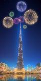 在跳舞喷泉Burj哈利法上的美丽的烟花在迪拜,阿拉伯联合酋长国 免版税库存图片