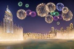 在跳舞喷泉Burj哈利法上的美丽的烟花在迪拜,阿拉伯联合酋长国 库存图片