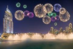 在跳舞喷泉Burj哈利法上的美丽的烟花在迪拜,阿拉伯联合酋长国 免版税库存照片