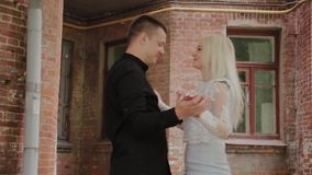 在跳舞在老庭院里的爱的美好的愉快的夫妇 影视素材