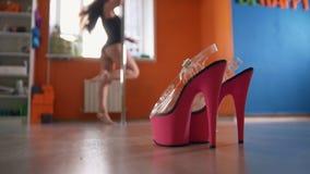 在跳舞妇女前面的小条鞋子健身的把-桃红色鞋子分类 免版税库存照片
